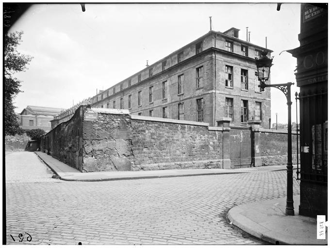 Angle des façades au carrefour de la rue de la Pitié et de la rue du Puits-de-l'Ermite