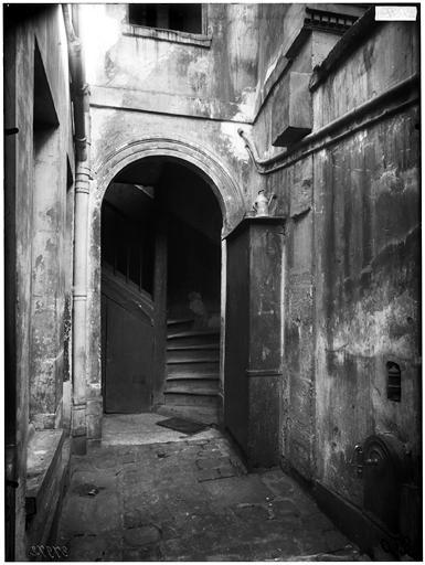 Vue sur cour et escalier