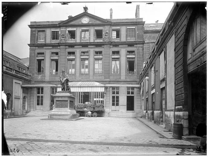 Façade sur cour, statue de Gutenberg