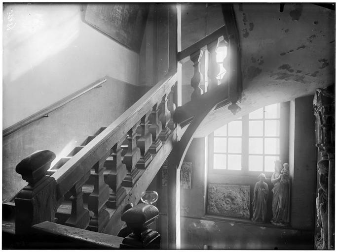 Statue, escalier en bois