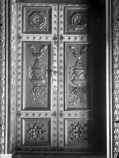 Vue du vantail de la porte et des lambris du salon d'apparat