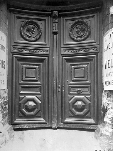Vantail du portail, médaillon