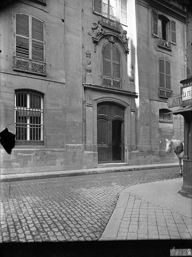 Presbytère Saint-Merri et hôtel de Suger : vue générale sur rue