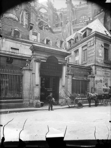Façade sur rue, portail et vue de l'église Saint-Eustache