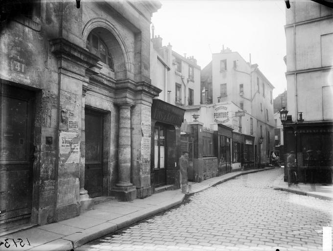 Entrée latérale sur le cimetière Saint-Médard