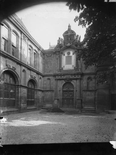 Oratoire de Marie de Médicis : portail de la façade principale