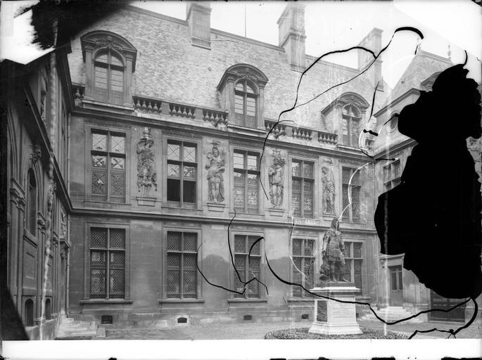 Façade sur cour et statue de Louis XIV