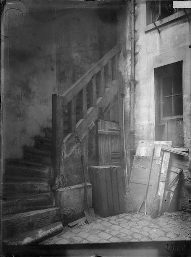 Vue intérieure de l'escalier sur cour