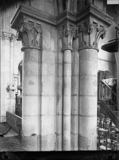 Intérieur, vue d'une colonne