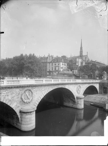 Vue des arches du pont et de la Sainte-Chapelle