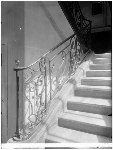 Départ de rampe d'escalier en fer
