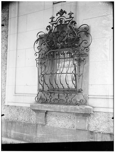 Vue d'une fenêtre et d'une grille