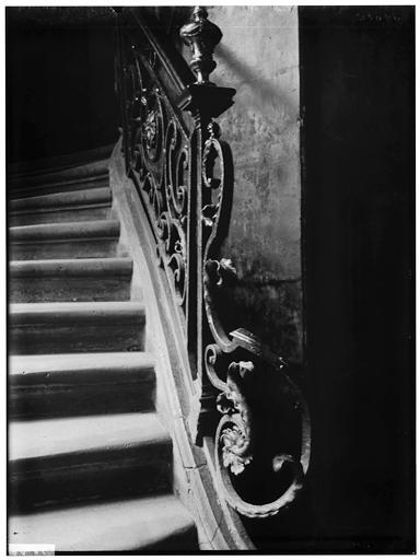 Intérieur, départ de rampe d'escalier