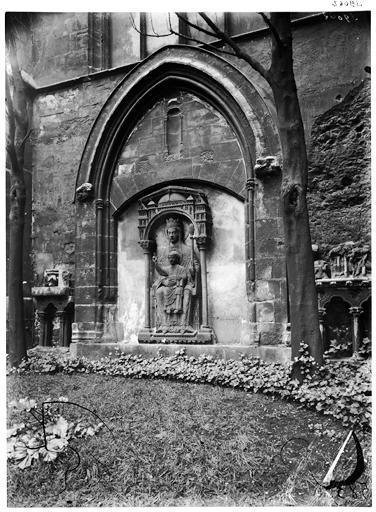 Vierge à l'Enfant dans le jardin