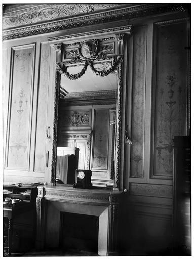 Cheminée et miroir
