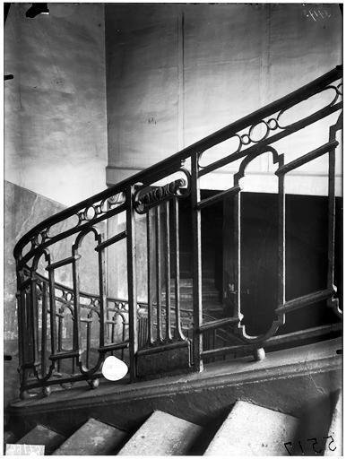 Intérieur, départ de rampe d'escalier en fer