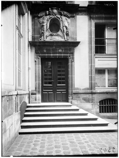 Vue de la cour et de la porte
