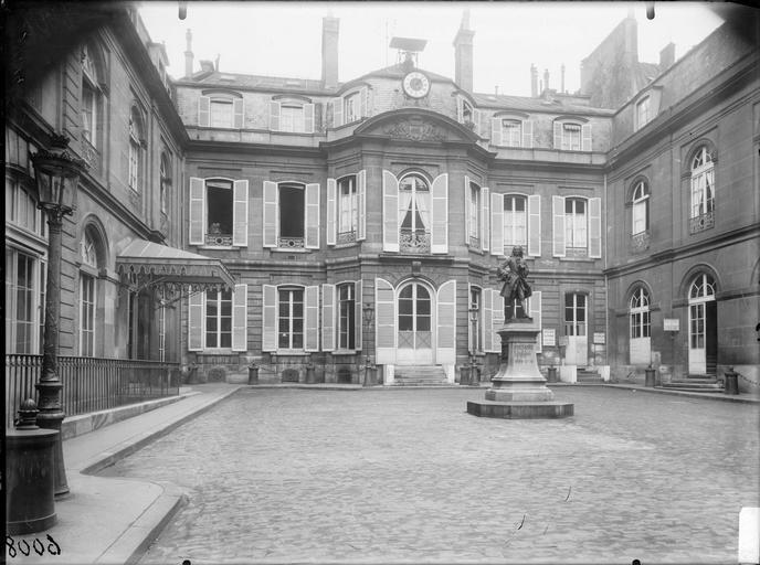 Façade sur cour, statue de Voltaire