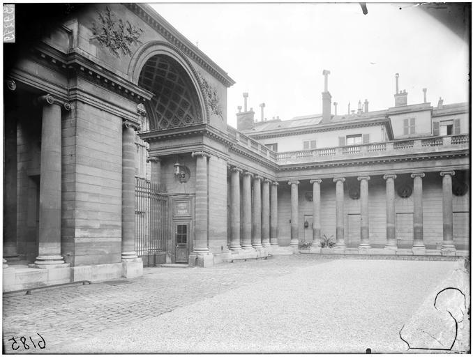 Vue de la grille et de la colonnade