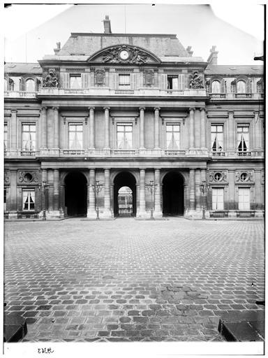 Vue de la cour et du pavillon central