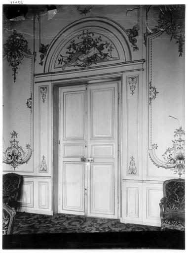 Vue intérieure du salon et des boiseries