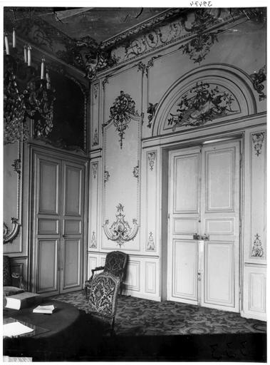 Vue intérieure du salon et des boiseries du salon d'attente