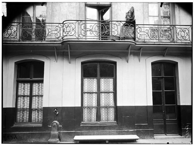 Vue du balcon en ferronerie sur cour