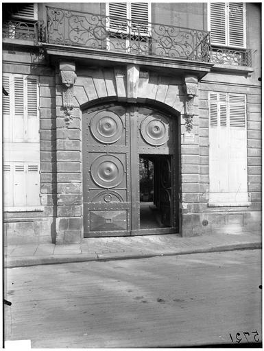 Façade sur rue, portail