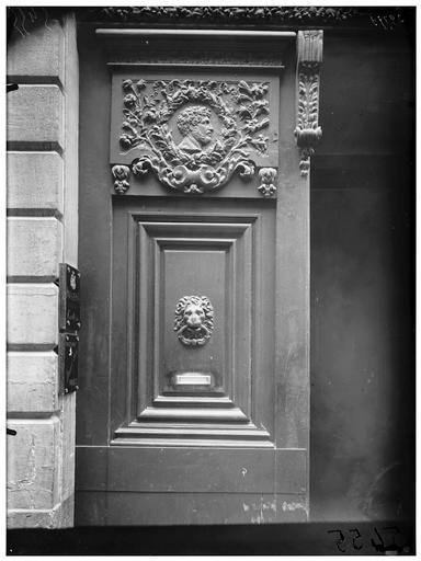 Vantail du portail et heurtoir