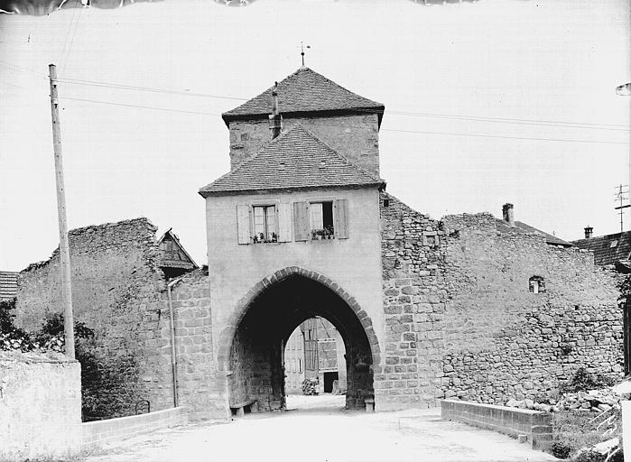 Porte de Ville ; Fortifications (vestiges des anciennes)