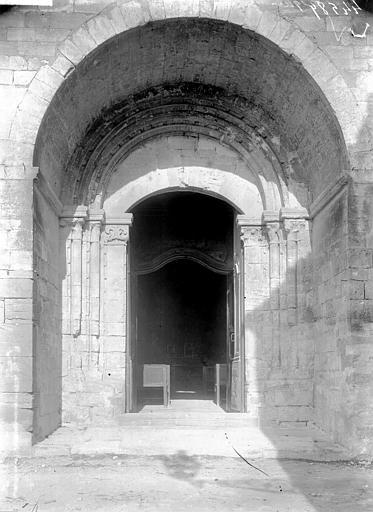 Eglise et le bâtiment (couloir voûté en plein cintre) qui la relie au baptistère