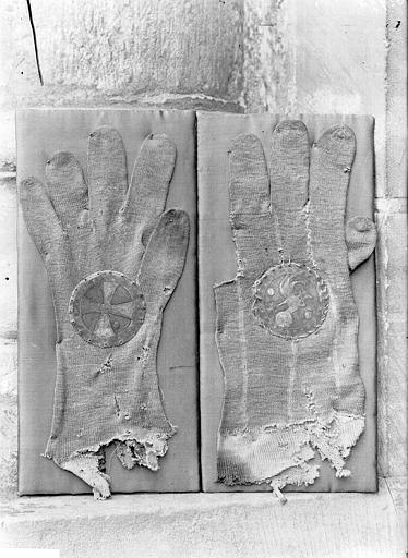 Gants dits de saint Remy en soie blanche tricotée et plaque circulaire d'argent ciselé et doré