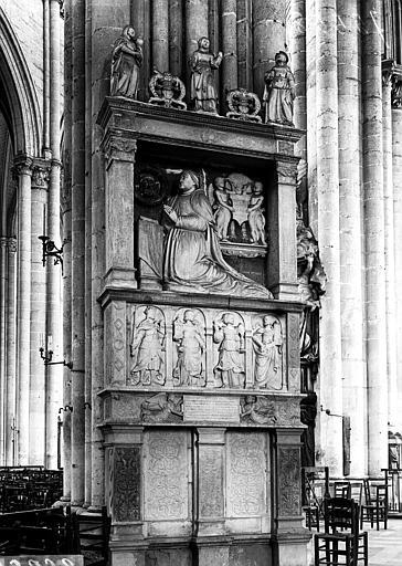 Monument funéraire du caporal Hénard de Denouville