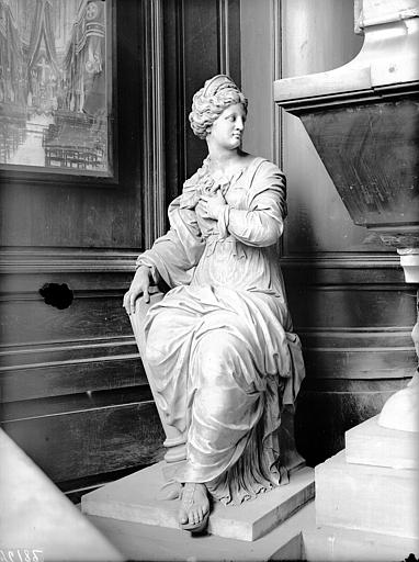 Tombeau, statue de gauche