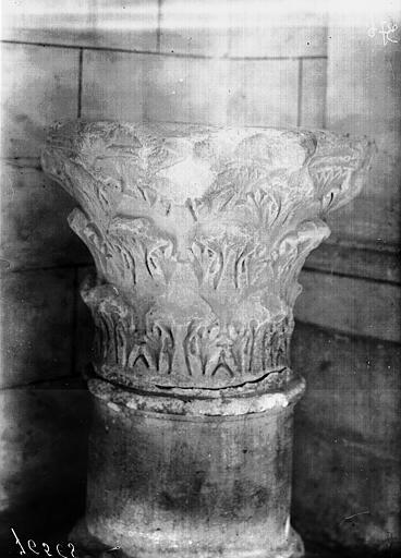 Chapiteau antique servant de bénitier