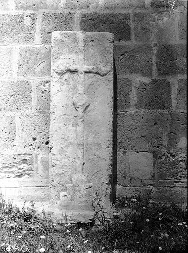 Pierre tombale dressée contre l'abside