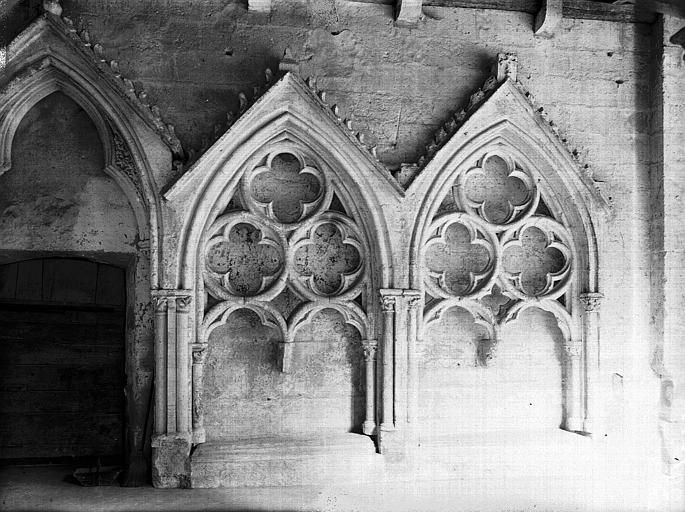 Cloître : tombeaux sous arcature