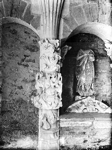 Cloître, pilier sculpté