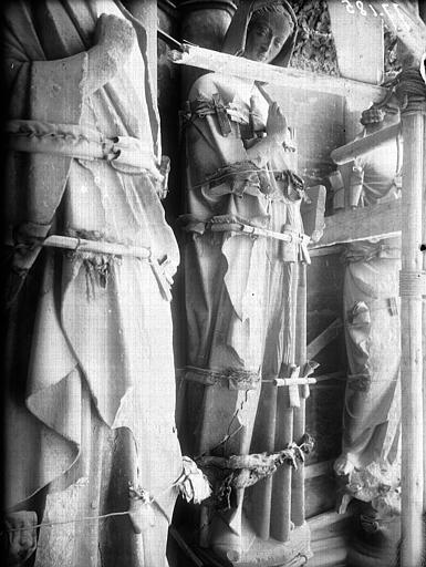 Façade ouest, portail gauche, statues