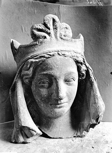 Façade ouest, grande rose, arc de droite, tête de Bethsabée, fragment