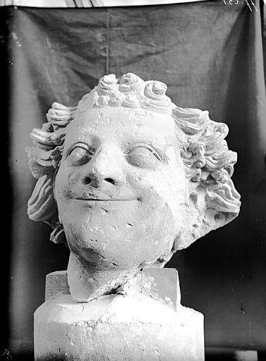 Nef, cinquième contrefort au sud, tête d'ange, fragment