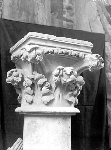 Transept sud, triforium, chapiteau, fragment