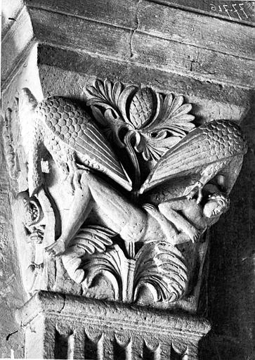 Chapiteau de la nef côté sud, première pile, face est : Saint Vincent protégé par deux aigles