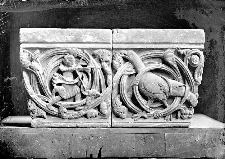 Chapiteau à décor d'entrelacs : une chasse à l'oiseau