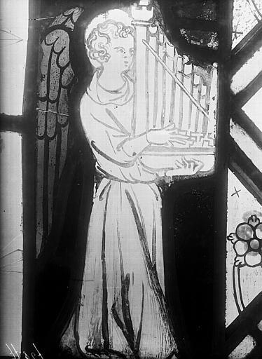 Vitrail, chapelle du chevet, fenêtre nord-est, anges musiciens sur la bordure