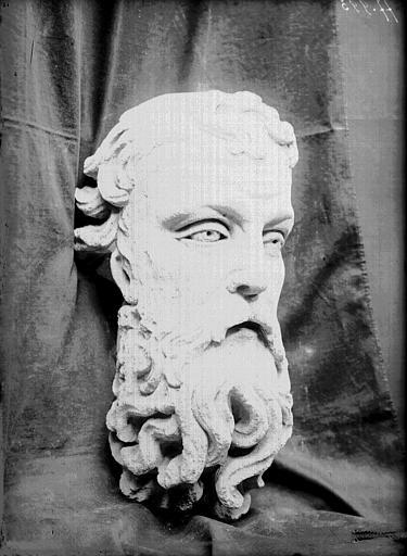 Dépôt de Savy, débris trouvés dans le centre-ville, tête d'homme barbu