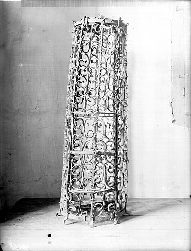 Chandelier : cage en fer forgé destiné à enfermer le cierge pascal