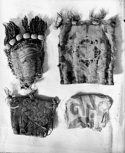 Quatre bourses à reliques en toile brodée de soie