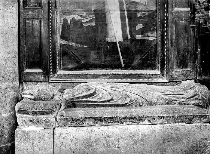 Statue funéraire d'évêque. Monument funéraire de Jean des Prés de Montpezat, évêque de Castres (1336-1352) : statue de gisant en pierre