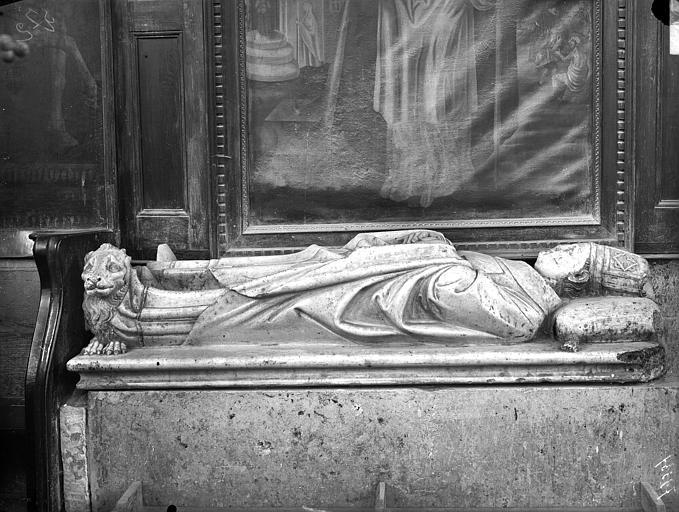 Statue funéraire d'évêque. Monument funéraire de Pierre des Prés de Montpezat, fondateur de la collégiale Saint-Martin, mort en 1361 : statue de gisant en marbre uni blanc